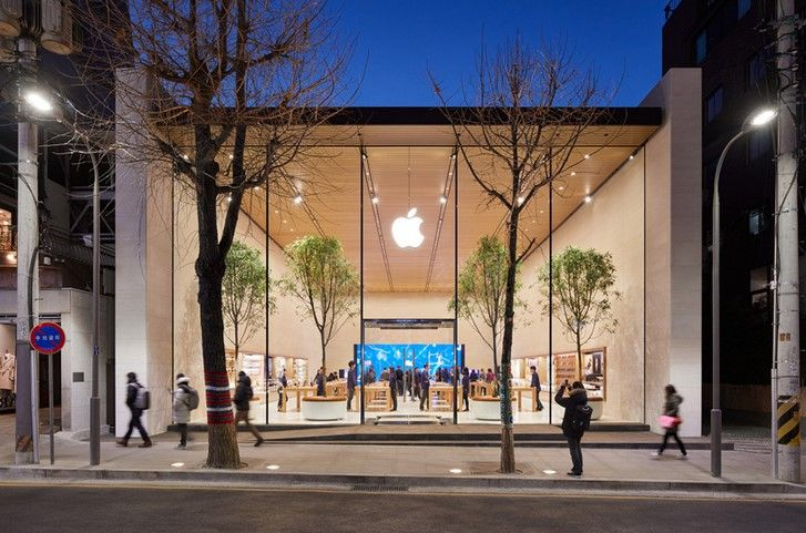 According to a new Bloomberg report, Apple will, for the time being, maintain its mask mandate and other COVID-19 precautions at retail locations in the United States.
